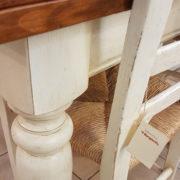 particolare-1-tavolo-toscano-legno-vecchio-allungabile-base-finitura-laccata. Mobili country Siena e Firenze.