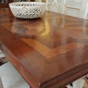 particolare-gamba-tavolo-noce-con-parquet-vecchi-allungabile. Arredamento classico contemporaneo Siena e Firenze.