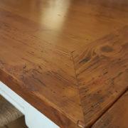 particolare-tavolo-toscano-legno-vecchio-allungabile-base-finitura-laccata. Mobili country Siena e Firenze.