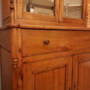 Credenza con alzata a vetrina in legno di pero metà Ottocento toscana. Particolare dei cassetti. Mobili antichi Siena e Firenze