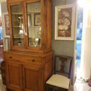 Credenza con alzata a vetrina in legno di pero metà Ottocento toscana. Particolare del fianco. Mobili antichi Siena e Firenze
