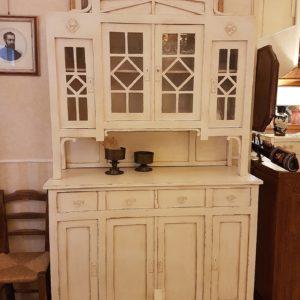 Credenza con alzata a vetrina in stile liberty originale, rifinita con laccatura a mano bianca. Mobili antichi Siena e Firenze