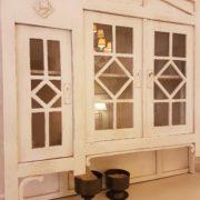 Credenza con alzata a vetrina in stile liberty originale, rifinita con laccatura a mano bianca. Particolare dell'alzata. Mobili antichi Siena e Firenze