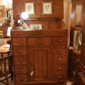 Credenza con ribalta in legno di abete fine Ottocento, provenienza francese. Mobili antichi Siena e Firenze