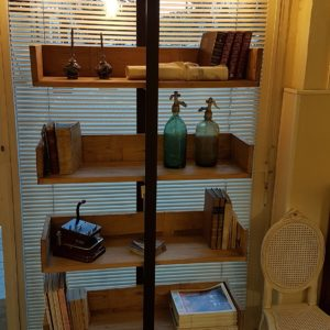 Libreria Libra Nature Design con struttura in metallo invecchiato e mensole in olmo antico massello. Arredamento contemporaneo su misura Siena e Firenze