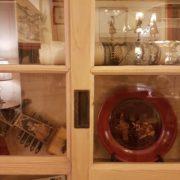 Libreria in abete vecchio con tre ante scorrevoli, finitura naturale. Particolare dell'anta scorrevole. Mobili country su misura Siena e Firenze