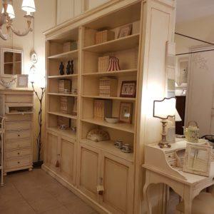 Libreria realizzabile a misura in legno di toulipier laccata a mano. Arredamento contemporaneo Siena e Firenze