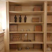Libreria realizzabile a misura in legno di toulipier laccata a mano. Particolare parte alta a giorno. Arredamento contemporaneo Siena e Firenze