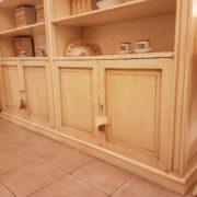 Libreria realizzabile a misura in legno di toulipier laccata a mano. Particolare parte bassa con sportelli. Arredamento contemporaneo Siena e Firenze