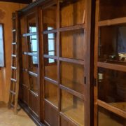 Libreria scorrevole in abete spazzolato invecchiato realizzabie a misura.Arredamento classico contemporaneo su misura Siena e Firenze
