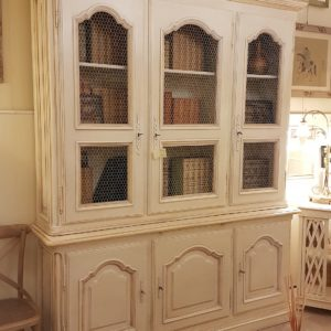 Libreria provenzale tre sportelli in legno di noce laccata a mano. Mobili country su misura Siena e Firenze