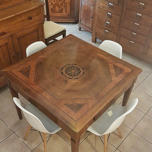 Tavolo quadrato in noce Luigi XVI, primi Ottocento. Mobili antichi Siena e Firenze