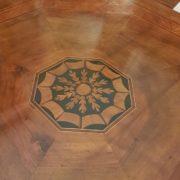Tavolo quadrato in noce Luigi XVI, primi Ottocento. Particolare del piano intarsiato. Mobili antichi Siena e Firenze