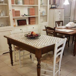 Tavolo rettangolare con basamento in noce e piano realizzato con maioliche dipinte a mano. Mobili country Siena e Firenze.