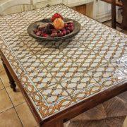 Tavolo rettangolare con basamento in noce e piano realizzato con maioliche dipinte a mano, il piano. Mobili country Siena e Firenze.
