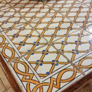 Tavolo rettangolare con basamento in noce e piano realizzato con maioliche dipinte a mano, particolare. Mobili country Siena e Firenze.
