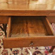Tavolo toscano in olmo e radica di olmo metà ottocento, particolare del cassetto. Mobili antichi Siena e Firenze
