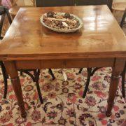 Tavolo toscano in olmo e radica di olmo metà ottocento. Particolare del piano. Mobili antichi Siena e Firenze