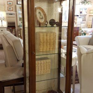 Vetrina a quattro ripiani e un cassetto, tre lati a vetro, lucidata a tampone. Arredamento contemporaneo Siena e Firenze