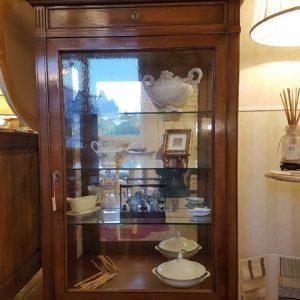 Vetrinetta direttorio con un anta in vetro soffiato, cassetto e segreto, in noce massello. Arredamento contemporaneo su misura Siena e Firenze