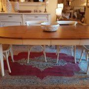 tavolo ovale basamento laccato con piano in ciliegio naturale, stile country chic allungabile. Mobili country su misura Siena e Firenze.