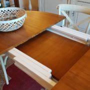 tavolo ovale basamento laccato con piano in ciliegio naturale, stile country chic allungabile, allunghe interne. Mobili country su misura Siena e Firenze.