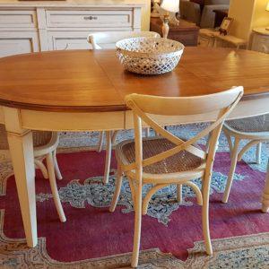 tavolo ovale basamento laccato con piano in ciliegio naturale, stile country chic allungabile, con una sola allunga. Mobili country su misura Siena e Firenze.