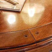 tavolo-ovale-in-ciliegio-allungabile-arredamento-classico-contemporaneo-gambe-a-spillo-particolare. Arredamento contemporaneo su misura Siena e Firenze.