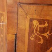 Angoliera antica a un'anta, lastronata in legno di noce e intarsiata in legni di varie essenze pregiate, metà Ottocento. Gli intarsi. Mobili antichi Siena e Firenze