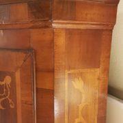 Angoliera antica a un'anta, lastronata in legno di noce e intarsiata in legni di varie essenze pregiate, metà Ottocento.Il cappello. Mobili antichi Siena e Firenze