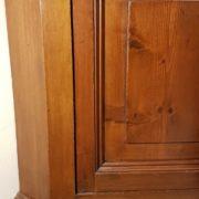 Angoliera antica in legno di noce a un'anta con finitura a gommalacca eseguita a tampone. Particolare gambe. Mobili antichi Siena e Firenze (2)