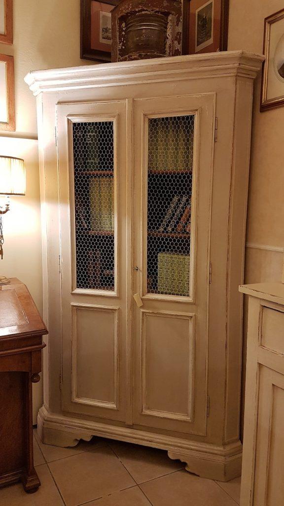 Angoliera antica toscana, due ante, in legno di abete metà Ottocento, laccata a tempera. Mobili antichi Siena e Firenze