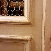 Angoliera antica toscana, due ante, in legno di abete metà Ottocento, laccata a tempera. Particolare rete. Mobili antichi Siena e Firenze