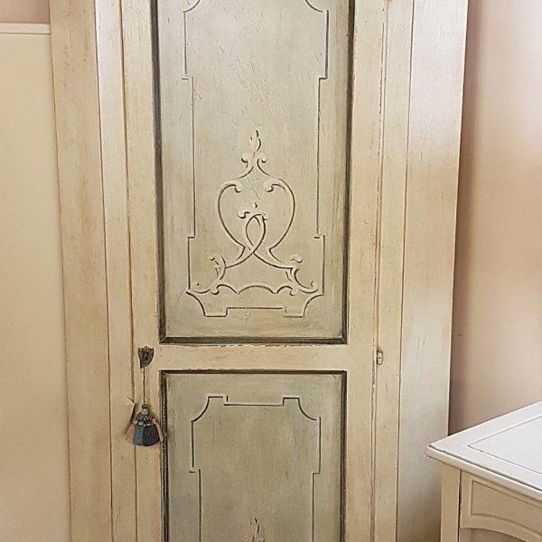 Angoliera in legno di tiglio a un'anta decorata e laccata a tempera nei colori bianco e azzurro. Arredamento contemporaneo su misura Siena e Firenze