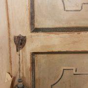 Angoliera in legno di tiglio a un'anta decorata e laccata a tempera nei colori bianco e azzurro. La finitura. Arredamento contemporaneo su misura Siena e Firenze