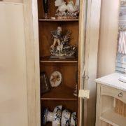 Angoliera in legno di tiglio a un'anta decorata e laccata a tempera nei colori bianco e azzurro. L'interno. Arredamento contemporaneo su misura Siena e Firenze