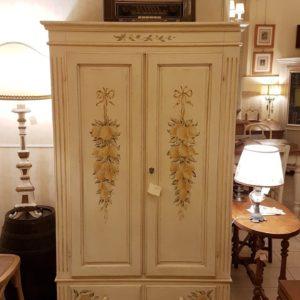 Armadietto in legno di abete due ante e due cassetti laccato e decorato a mano. Mobili country su misura Siena e Firenze