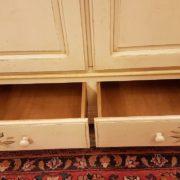 Armadietto in legno di abete due ante e due cassetti laccato e decorato a mano. Particolare dei cassetti. Mobili country su misura Siena e Firenze