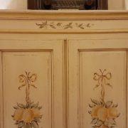 Armadietto in legno di abete due ante e due cassetti laccato e decorato a mano. Particolare del cappello. Mobili country su misura Siena e Firenze