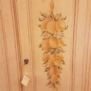 Armadietto in legno di abete due ante e due cassetti laccato e decorato a mano. Particolare della decorazione a limoni. Mobili country su misura Siena e Firenze