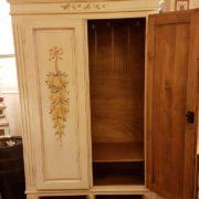 Armadietto in legno di abete due ante e due cassetti laccato e decorato a mano. Particolare dell'interno. Mobili country su misura Siena e Firenze