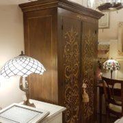Armadio, due ante, in legno di pioppo laccato e decorato a mano. Il fianco. Arredamento contemporaneo Siena e Firenze