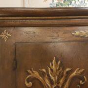 Armadio, due ante, in legno di pioppo laccato e decorato a mano. Particolare cappello. Arredamento contemporaneo Siena e Firenze