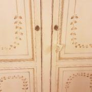 Armadio due ante in legno di ciliegio laccato e decorato a mano. Particolare della decorazione. Arredamento contemporaneo Siena e Firenze