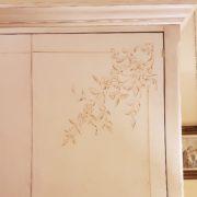 Armadio guardaroba quattro ante in legno di toulipier laccato e decorato a mano. Particolare cappello. Arredamento contemporaneo su misura Siena e Firenze