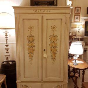 Armadio in legno di abete due ante e due cassetti laccato e decorato a mano. Mobili country su misura Siena e Firenze