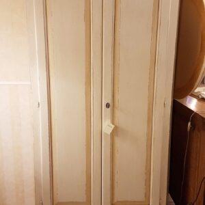 Armadio in legno di pioppo due ante e un cassetto laccato e decorato a mano. Arredamento contemporaneo Siena e Firenze