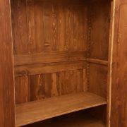 Armadio piemontese due ante in legno di abete vecchio laccato a mano. L'interno. Mobili antichi Siena e Firenze