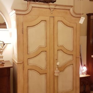 Armadio piemontese due ante in legno di abete vecchio laccato a mano. Mobili antichi Siena e Firenze