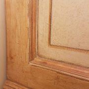 Armadio piemontese due ante in legno di abete vecchio laccato a mano. Particolare della laccatura a mano. Mobili antichi Siena e Firenze